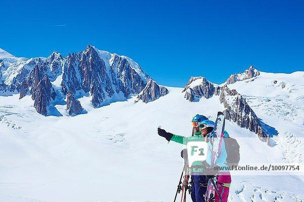 Reife Skifahrerinnen und Skifahrer mit Smartphone Selfie auf dem Mont-Blanc-Massiv  Graian Alps  Frankreich