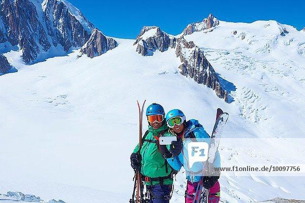 Skifahrer und Skifahrerinnen mit Smartphone Selfie im Mont-Blanc-Massiv  Graian Alps  Frankreich