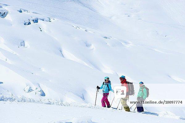 Drei erwachsene Skifahrer auf dem Mont-Blanc-Massiv  Graian Alps  Frankreich