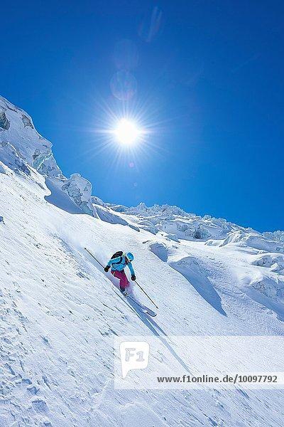 Reife Skifahrerin beim Abfahren auf dem Mont-Blanc-Massiv  Graian Alps  Frankreich
