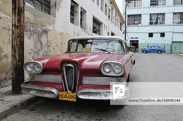 Roter amerikanischer Oldtimer  Taxi  Centro Habana  Havanna  Ciudad de La Habana  Kuba  Nordamerika