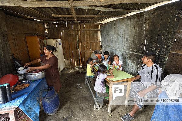 'Frau kocht für ihre Familie in einer einfachen Küche  Armenviertel ''200 Zone D''  Huaycan  Lima  Peru  Südamerika'