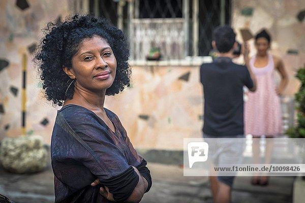 Porträt des Modeshooting-Assistenten lächelnd und mit Blick auf die Kamera