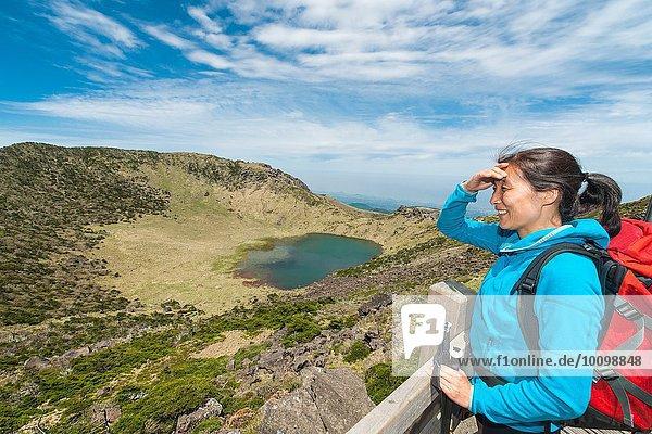 Wanderer genießen die Aussicht auf den höchsten Berg Koreas  die Insel Jeju  Südkorea.