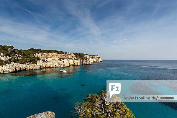Blick auf Cala Macarella und Segelboot  Menorca  Spanien