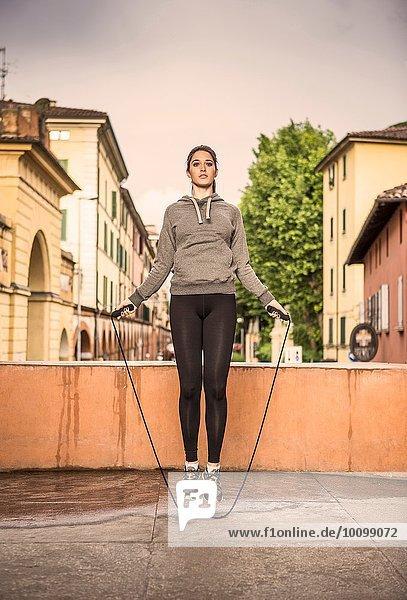 Vorderansicht der Frau in Sportbekleidung mit Springseil