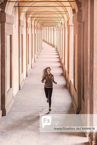 Vorderansicht der jungen Frau in Sportbekleidung Jogging