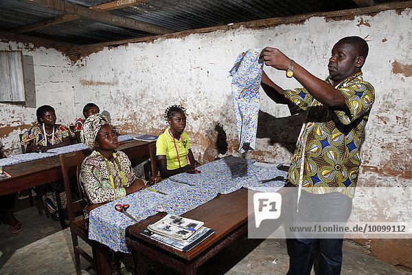 Zuschneiden von Kleidern  Schneiderei-Lehrgang  Kasongo-Lunda  Kawongo Distrikt  Provinz Bandundu  Republik Kongo