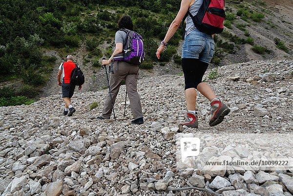 Drei reife Wanderer beim Wandern im Steintal