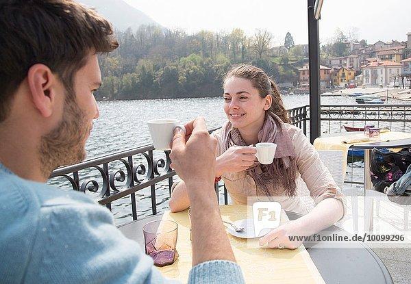 Paar Espresso im Seerestaurant  Mergozzo-See  Verbania  Piemonte  Italien