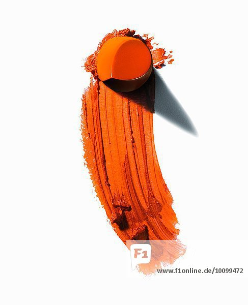Auszug aus einem Stück orangefarbenem Lippenstift mit verschmierter Linie