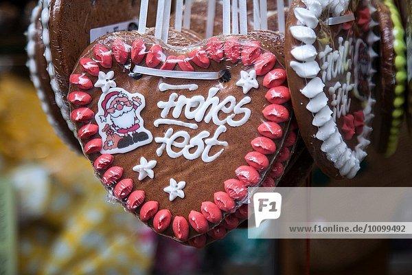 Nahaufnahme von Lebkuchen-Weihnachtsschmuck am deutschen Weihnachtsmarktstand