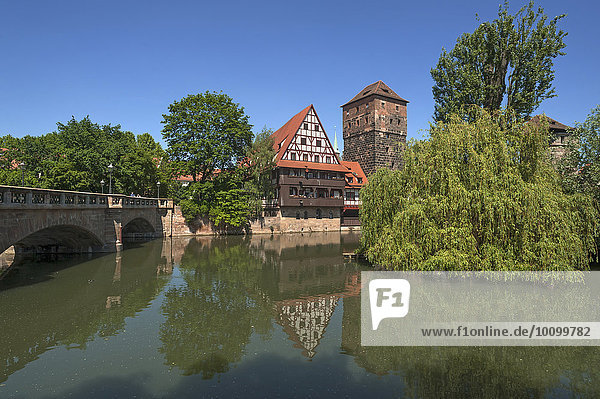 Ehemaliger Weinstadl  1446-48 als Sondersiechenhaus erbaut  rechts der ehemalige Wasserturm  links die Maxbrücke  vorne die Pegnitz  Nürnberg  Mittelfranken  Bayern  Deutschland  Europa