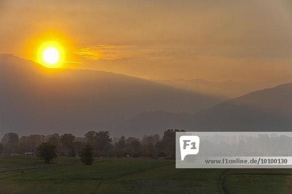 Sonnenuntergang über den Bergen rund um Skopje  Mazedonien  Europa