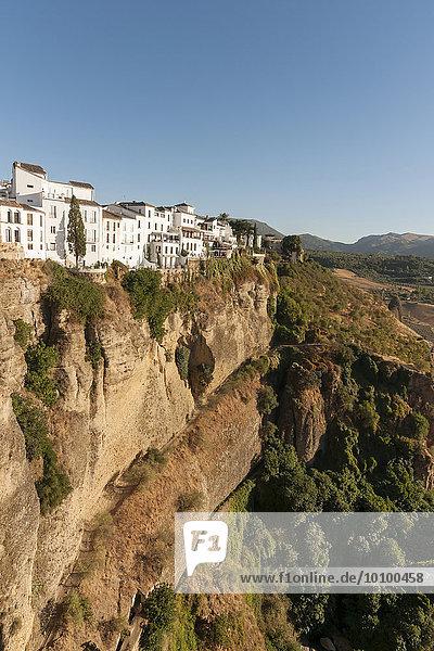 Weiß getünchte Häuser oberhalb der El Tajo-Schlucht  Ronda  Andalusien  Spanien  Europa