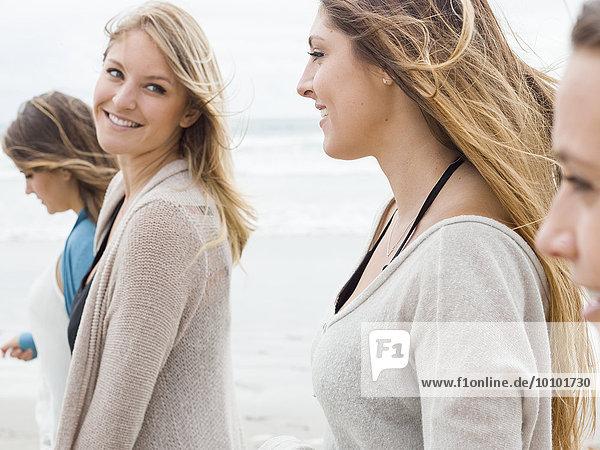 Frau lächeln gehen Strand jung