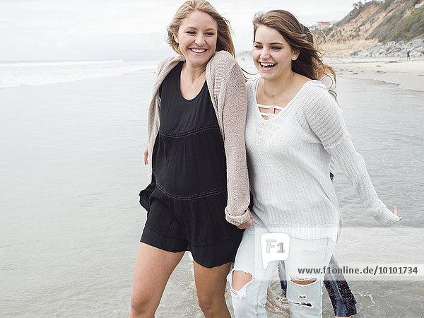 Frau lächeln gehen Strand 2 jung