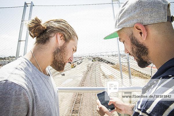 Handy stehend Mann sehen Brücke Kurznachricht 2 jung