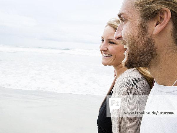 junge Frau junge Frauen Mann lächeln Strand Close-up jung