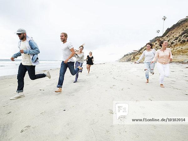 Frau Mann Fröhlichkeit Strand rennen jung