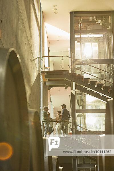 Mitarbeiter im Gespräch auf der Plattform im Weingut