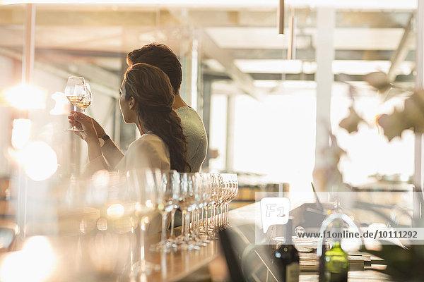 Paar Weinverkostung im sonnigen Weinkeller