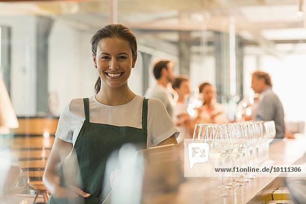 Portrait lächelndes Weingut Verkostungsraumarbeiterin