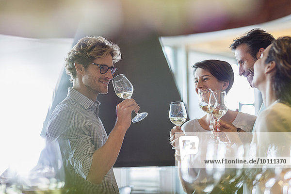 Freunde der Weinverkostung im Weinkeller