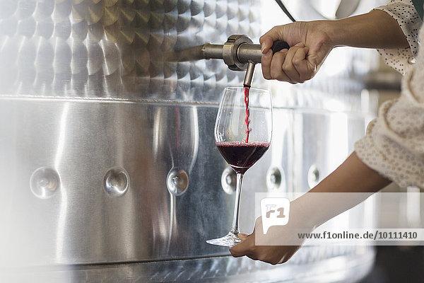 Winzerfass Verkostung Rotwein aus Edelstahlbehälter