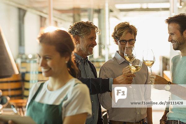 Männer Weinverkostung Weißwein im Weinkeller