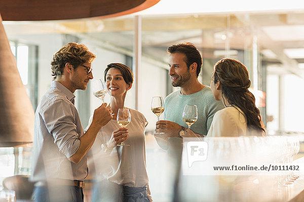 Freunde Weinverkostung Weißwein im Weinkeller