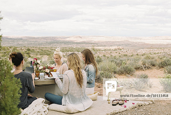 sitzend Frau Freundschaft Boden Fußboden Fußböden Gericht Mahlzeit Tisch rund