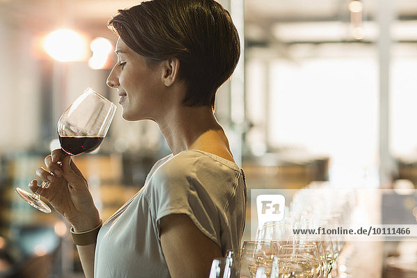 Frau Weinprobe Rotwein im Verkostungsraum des Weingutes