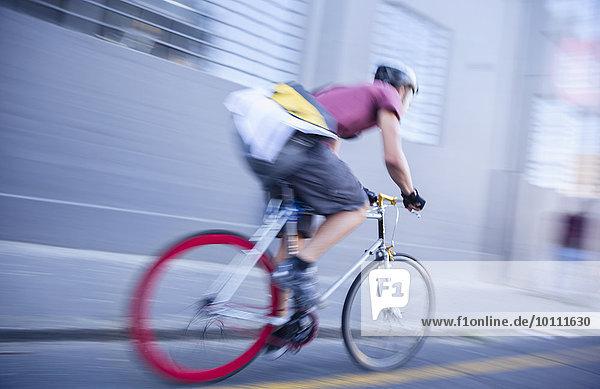 Fahrradkurier rast die Straße hinunter