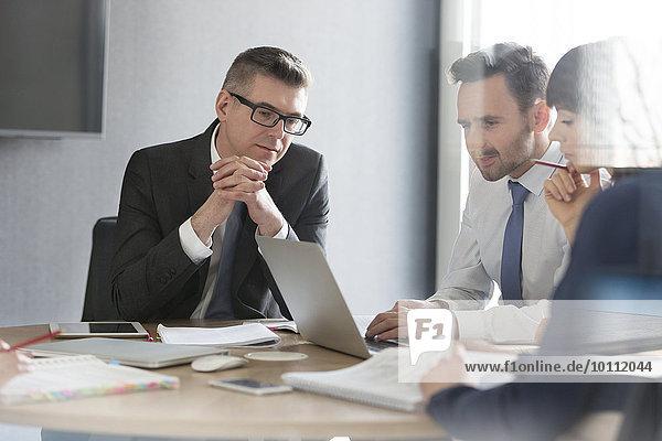 Geschäftsleute arbeiten am Laptop im Konferenzraum Meeting