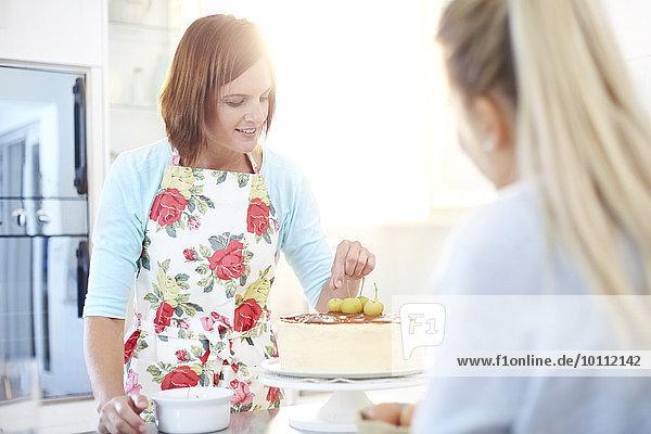 Frauen backen Kuchen in der Küche