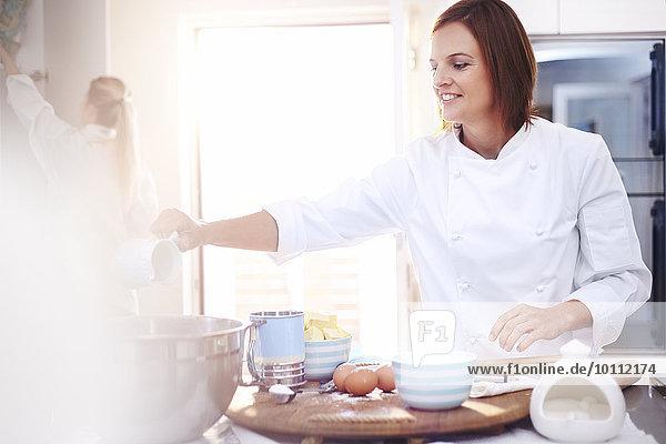 Chefkoch beim Backen in der Küche