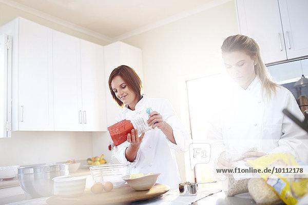 Köche backen in der sonnigen Küche