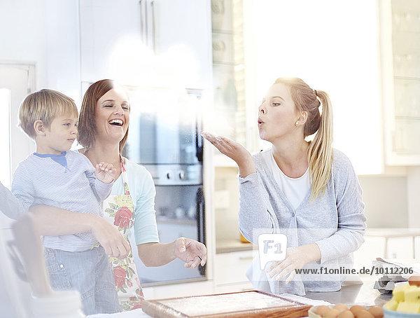 Frau beim Mehlbacken in der Küche