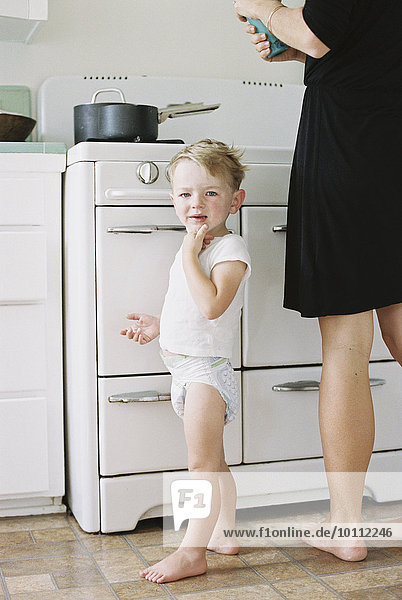 stehend Frau Junge - Person Küche barfüßig jung