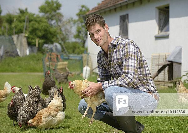 Landwirt im Hühnergehege