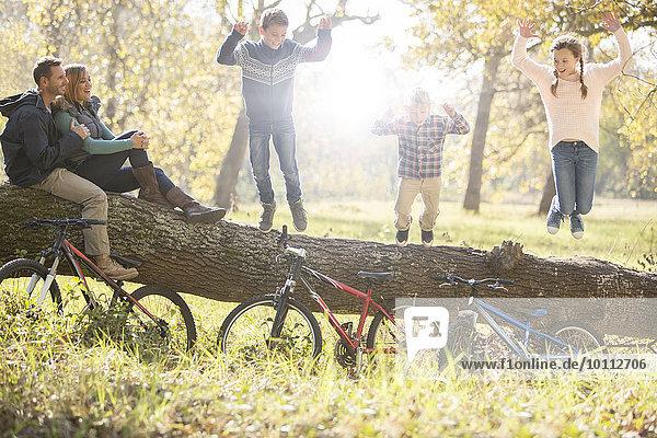 fallen fallend fällt Fahrrad Rad spielen