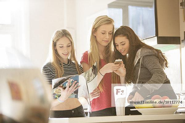 Handy benutzen Jugendlicher Küche Zeitschrift Mädchen vorlesen