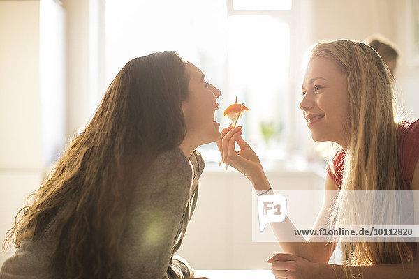 Jugendlicher Eßstäbchen Sushi Mädchen füttern Freund