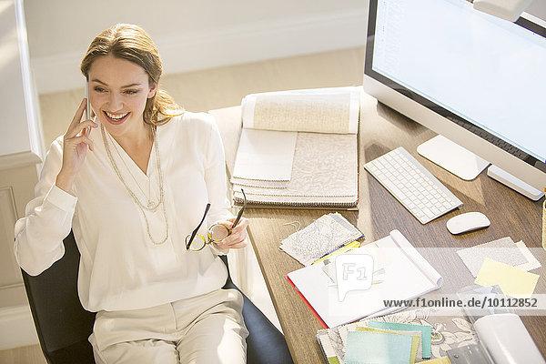 Innenarchitekt Handy Schreibtisch sprechen Innenarchitektin