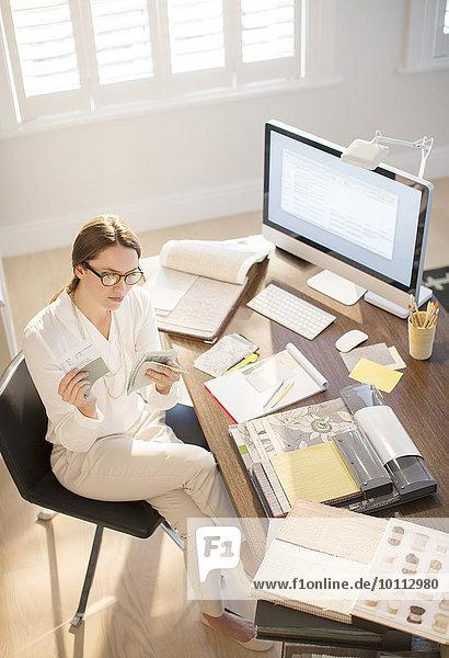 Innenarchitekt Schreibtisch Stoff Untersuchung Innenarchitektin Heimarbeitsplatz