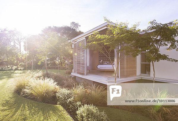 Wohnhaus Garten Sonnenlicht modern