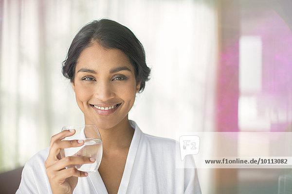 Wasser Portrait Frau lächeln trinken