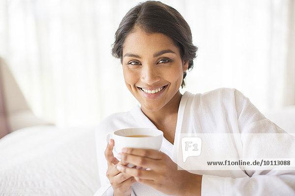 Portrait Frau lächeln Bademantel trinken Tee