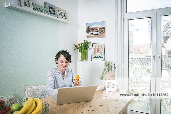 Interior zu Hause arbeiten nebeneinander neben Seite an Seite Mutter - Mensch Baby